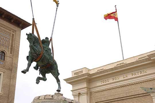 Imagen de la retirada de una estatua ecuestre del general Franco