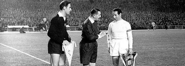 Ramallets (i), en un partido de la temporada 1960-1961, frente a Paco Gento./