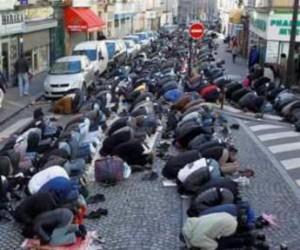 Musulmanes rezando en una calle de Francia