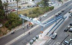 Agentes de Policía Nacional, Policía Local y efectivos sanitarios atienden ayer al suicida.