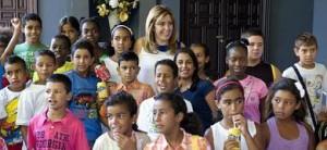 Susana Díaz, próxima sustituta d Griñán al frente de la Junta, rodeada de niños