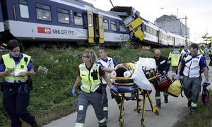 Los servicios de emergencias trasladan a los heridos tras el suceso.