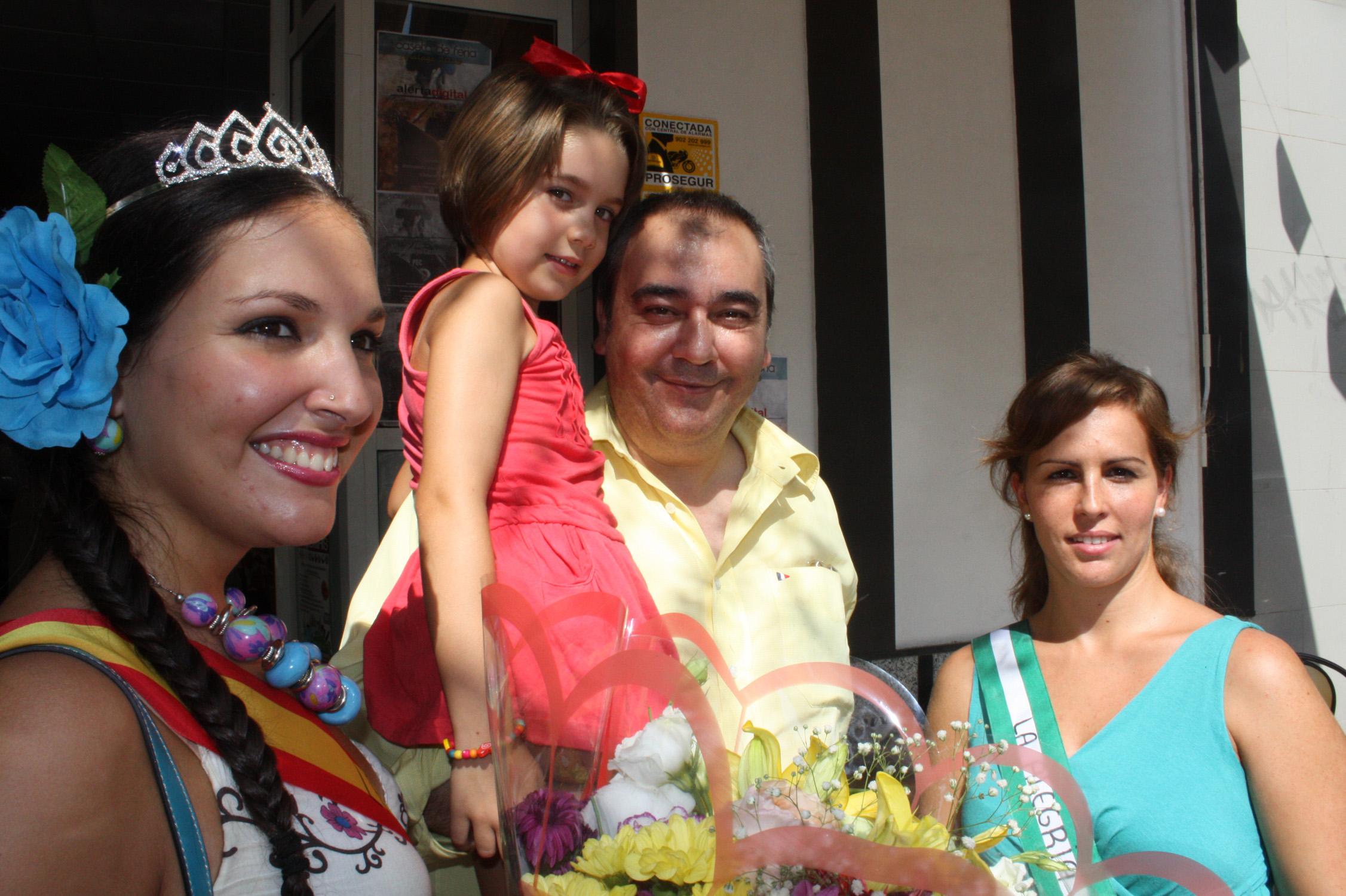Armando Robles posa junto a la Miss y jefa de producción de 'La Ratonera', Lucía Gálvez y con una de sus damas de honor, Mari Carmen Hidalgo.