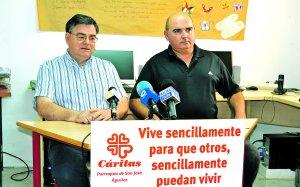 El párroco Amatriaín y el director local de Cáritas Hernández.