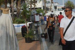Un vendedor ambulante, ayer, en la zona del Puerto Deportivo, enclave en el que se produjo la supuesta agresión a un Policía Local.