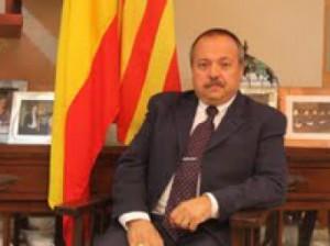 Bellalta, en el despacho de su domicilio, posa junto a las banderas de España y Cataluña.
