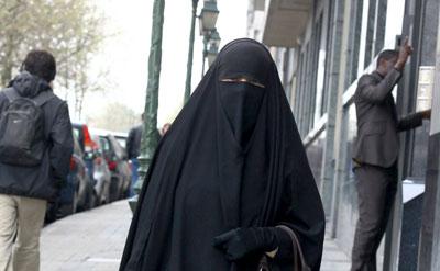 Una mujer pasea con un burka en Cataluña.