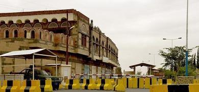 Barreras de seguridad bloquean el acceso a la embajada de EE UU en Yemen.