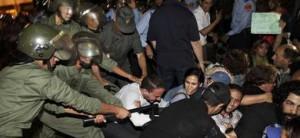 Los antidisturbios tratan de disolver la manifestación.