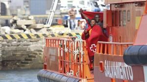 os inmigrantes subsaharianos a bordo de la embarcación «Salvamar Alkaid» tras ser rescatados