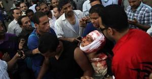 Leales a Mursi trasladan a uno de los heridos.