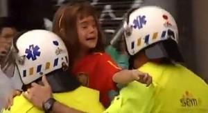 Separatistas catalanes golpearon a una niña (en la imagen) por llevar la camiseta de España.