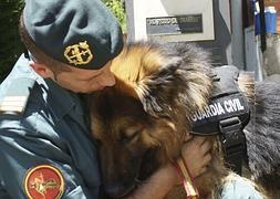 El sargento Alabarces abraza a 'Ajax'.
