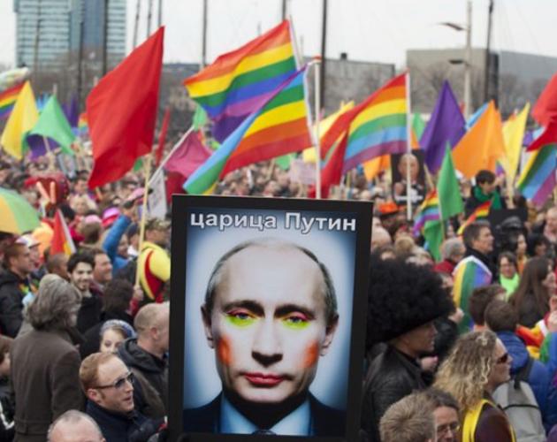 Gays y lesbianas hacen mofa del presidente Putin en las calles de Moscú.