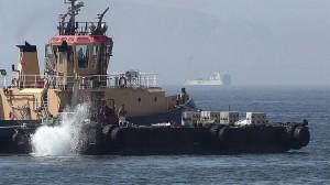 Un remolcador de Gibraltar lanzando al mar bloques de hormigón con pinchos en la zona