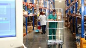 Profesionales sanitarios en un almacén de un hospital andaluz donde se guardan los suministros