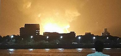 Un ciudadano indio observa las llamas desencadenadas por el incendio del submarino.