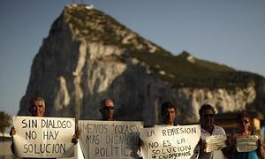 Trabajadores españoles, delante del peñón de Gibraltar.