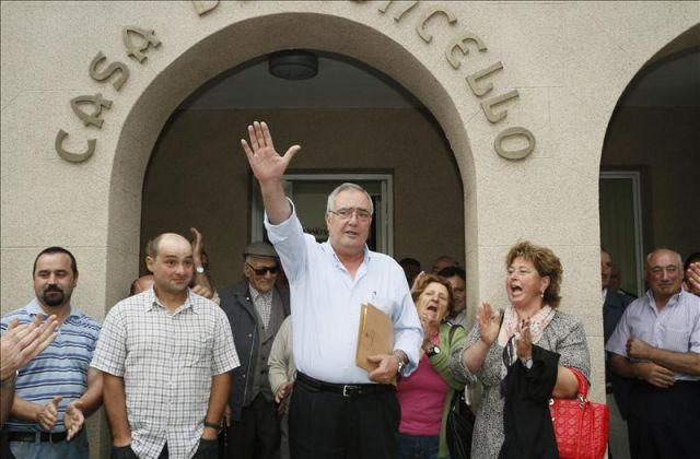 El alcalde de Baralla, Manuel González Capón, saluda a sus vecinos