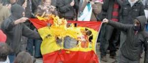 Separatistas catalanes queman una bandera de España