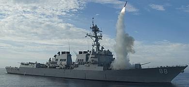 Lanzamiento de misiles desde un navío estadounidense.