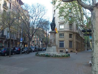 La estatua de Rafael Casanova, con la bandera de España