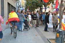 En la imagen, un miembro del PEC cubierto por la bandera de España pasa a bordo de su bicicleta junto a una concentración de separatistas el pasado día 11.