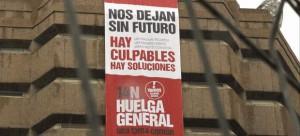 UGT descolgó una pancarta de 15x5 metros en la fachada de su sede situada en Avenida de América número 25, en Madrid, para animar a los ciudadanos a participar en la huelga general del 14 de noviembre.