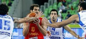 Calderón intenta sacar el balón rodeado de defensores griegos.
