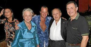 Jordi Pujol Ferrusola (a la derecha) junto a sus padres y uno de sus socios, en un hotel de Acapulco (México)