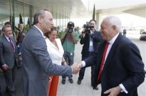 Margallo (d) y Fabra se saludan.