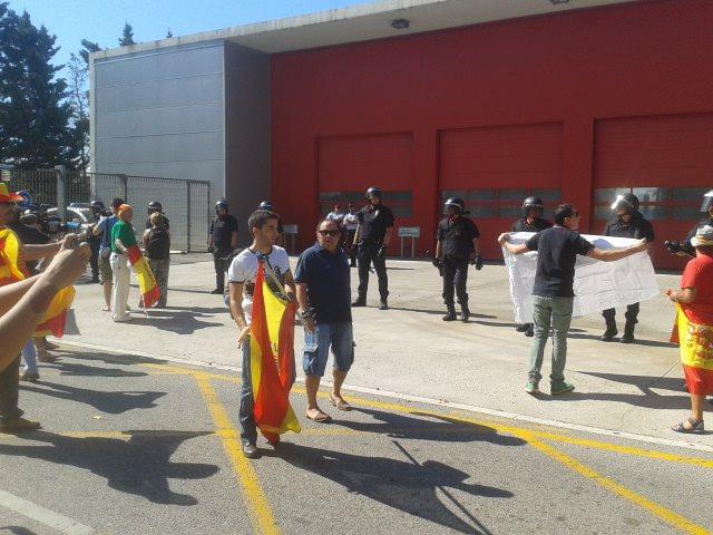 Catalanes portando banderas de España protestan por la presencia de una estelada en el Parque de Bomberos de Mataró.