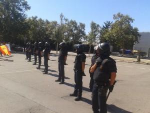La policía política catalana formó un cordón para impedir que los patriotas entraran en el Parque de Bomberos