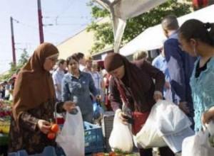 Un grupo de mujeres musulmanas recibe comida de Caritas