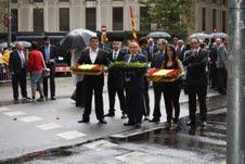 Gerard Bellalta y miembros de su partido se preparan para la ofrenda a Rafael Casanova con flores con los colores de España