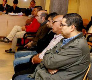 El-Omari, otro acusado marroquí y cuatro empresarios coruñeses, en el juzgado.