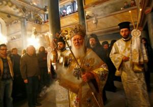 Miembros de la comunidad ortodoxa griega de Turquía en una iglesia de Estambul