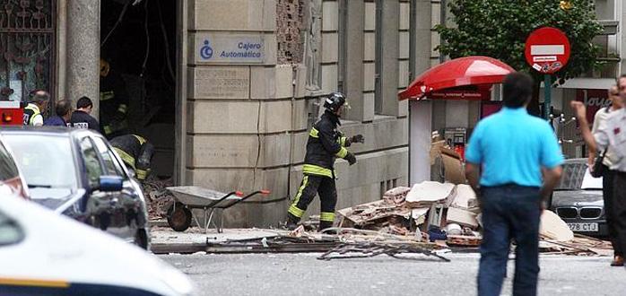 Imagen de los destrozos provocados por la explosión de un artefacto casero contra una sucursal de CaixaGalicia en Santiago.
