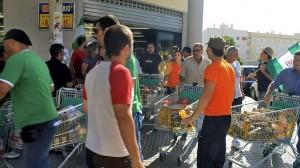 Militantes comunistas andaluces capitaneados por Sánchez Gordillo, tras asaltar un supermercado