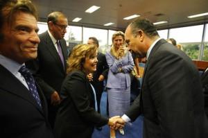 La vicepresidenta del Gobierno Soraya Sáenz de Santamaría saluda al líder de la comunidad judía en España, Isaac Querub