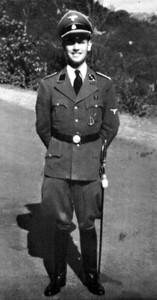 Erich Priebke, de servicio en la embajada de Roma