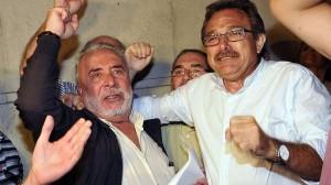 Roberto Carmona, a la izquierda, a la salida de los juzgados tras su declaración