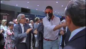 El diputado separatista Sanchez Llibre trata de agredir a uno de los patriotas.