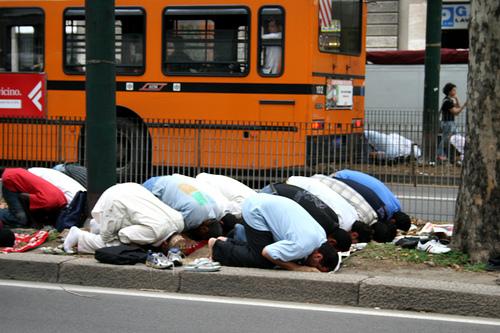 Musulmanes rezando en una calle de Milán