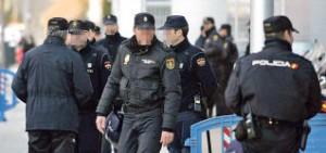 Un numeroso grupo de agentes de la Policía Nacional acudió al local.