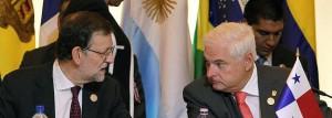 Mariano Rajoy habla con el presidente de Panamá, Ricardo Martinelli.