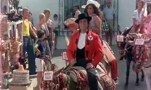 1976. Manolo Escobar encarnaba a un limpiabotas metido a guía turístico de Mijas en 'La mujer es un buen negocio'.