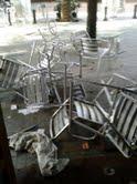 Estado en el que quedó la terraza del bar donde se hallaban las nueve personas atacadas por los separatistas