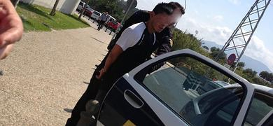 Un policía custodia al agresor tras la reconstrucción de los hechos en el hospital.