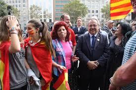 Gerard Bellalta, junto a un grupo de barceloneses, en la plaza de Cataluña el pasado 12 de octubre.